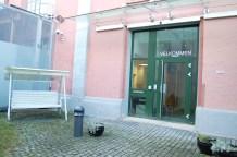 Etter å ha blitt sluppet inn døren fra Åkerbergveien 11, skal man legitimere seg ved neste dør.