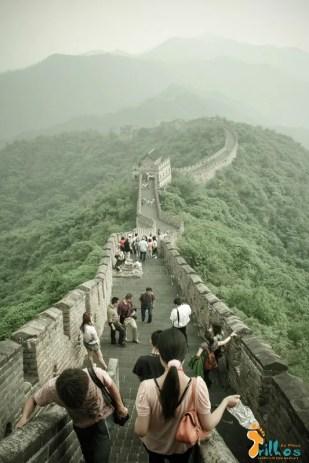"""""""A muralha que se vê da lua"""" - Os degraus enchem-se de turistas na Grande Muralha da China. Dizem que se vê da lua… pode ser, porque daqui é gigantesca! Mutianyn, China - 2009"""