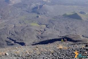 A árdua caminhada vulcão acima
