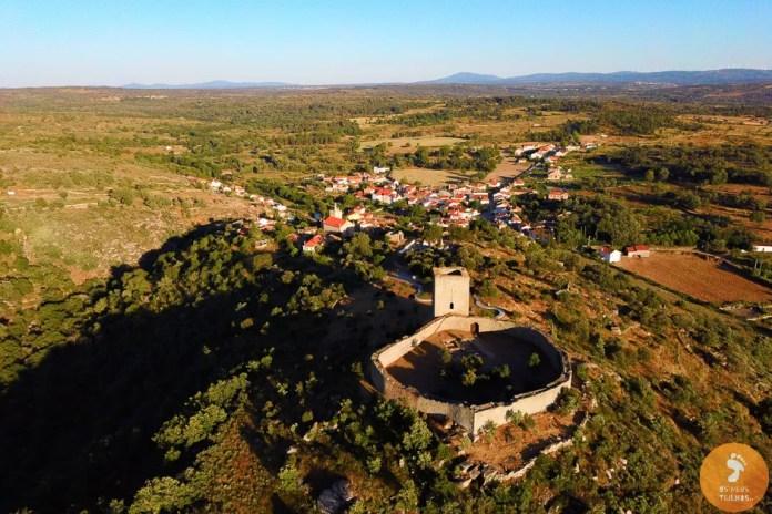 Castelo de Vilar Maior, com a aldeia ao fundo - Vilas Medievais no Sabugal