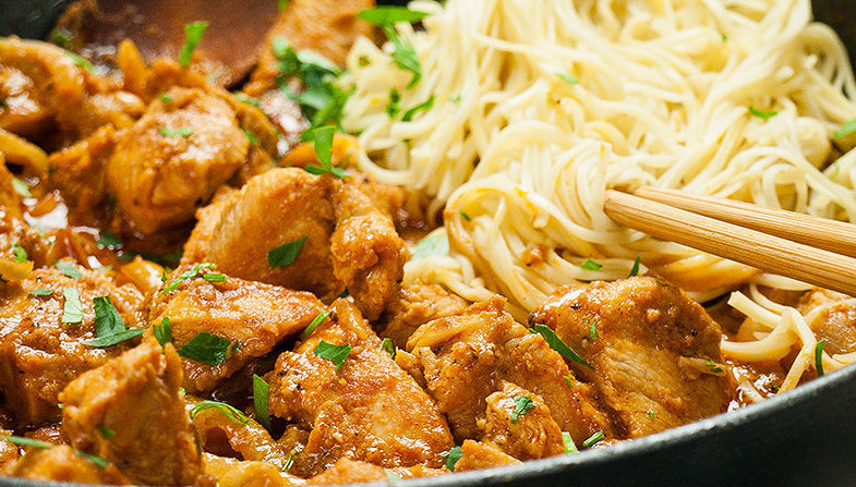 Kurczak z orzeszkami ziemnymi – z makaronem chow mein