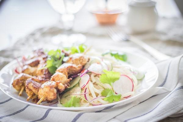 kurczak satay z sałatką makaronową