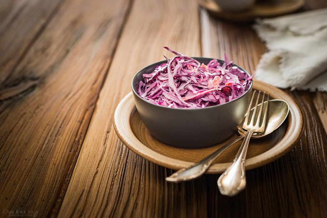 surówka coleslaw z czerwonej kapusty