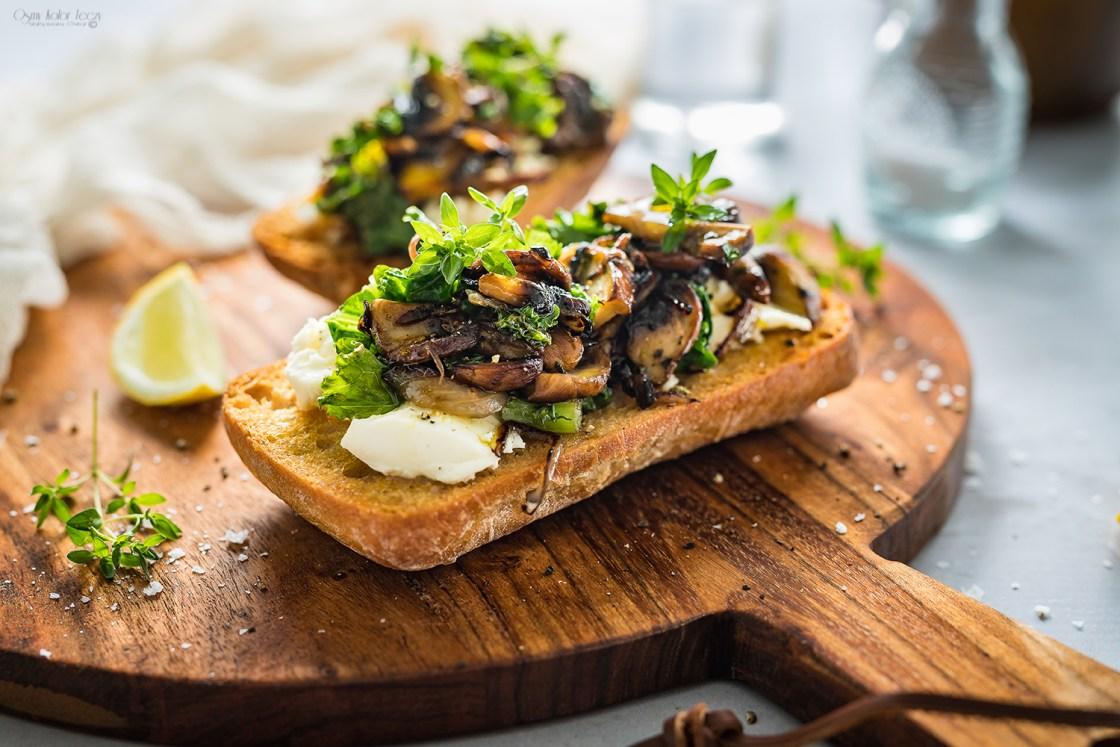 bruschetta z grzybami i bryndzą