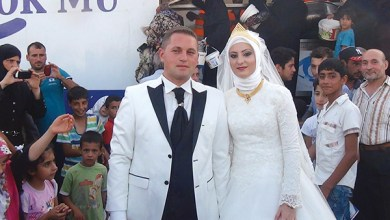 Photo of عروسان يحتفلان بزواجهما مع 4000 لاجئ سوري