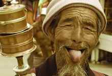 Photo of من صفع الضيوف إلى إلقاء الذهب في الماء! أغرب عادات الشعوب في العالم!