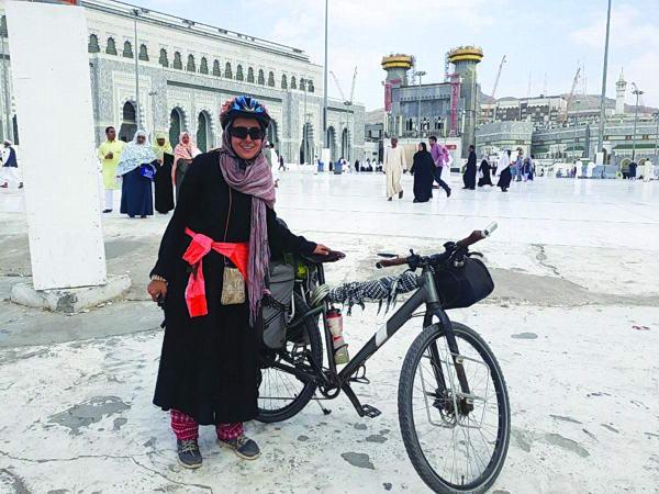 أول امرأة عربية تدخل مكة على دراجة هوائية لأداء العمرة