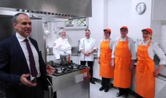 L'ambaasciatore Janne degustazione Taalas con le cuoche vincitrici del concorso miglior alimentazione scolastica in Finlandia