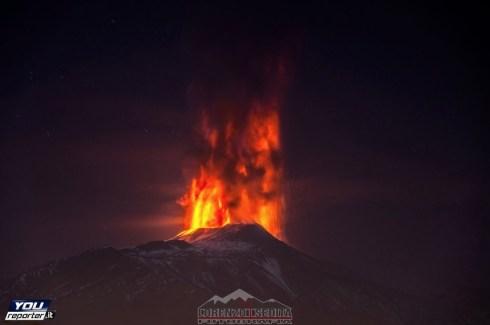 Un momento dell'eruzione dell'Etna nella notte del 3 dicembre 2015