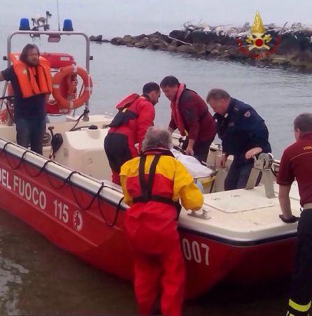 L'arrivo della salma alla base nautica dei Vigili del Fuoco a Bocca d'Arno