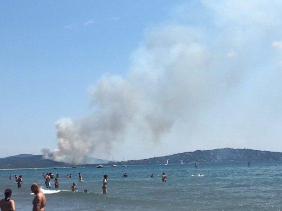 Brucia la costa vicino ad Ansedonia (foto da Twitter di S.Cosimi)