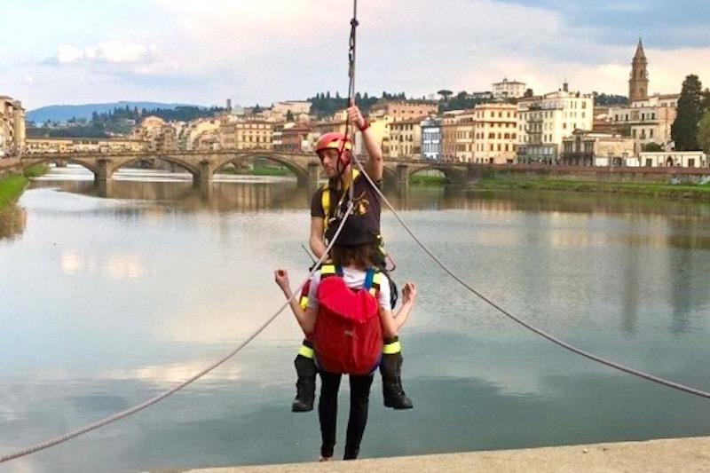 Il salvataggio dell'incauto turista che voleva attraversare l'Arno