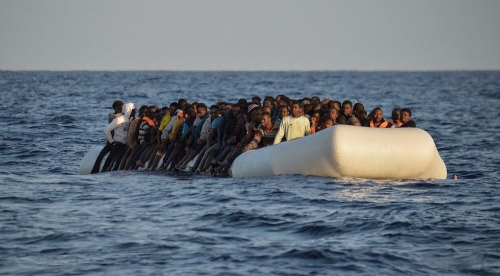 Migranti in attesa di soccorso in mare