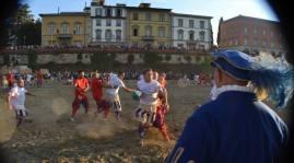 L'incontro di calcio storico in riva all'Arno davanti alla Torre di S.Nicolò (Foto da Facebook Michele Lpms)