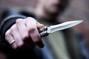 Senegalese minaccia negoziante con un coltello, arrestato Rapina in una gioielleria, tre feriti coltello