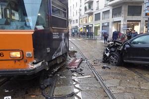 Auto impatta tram e lo fa deragliare