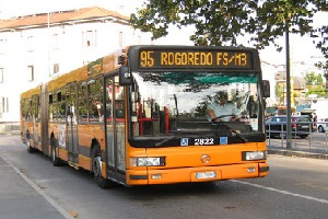 Sull'autobus ubriache minacciano passeggero con una pistola