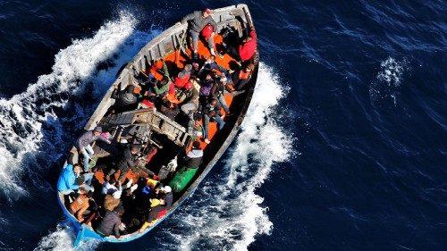 Un barcone al largo di Lampedusa (Ansa)
