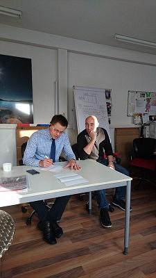 Alexander Maier (links) und Jens Hirt (rechts) im Büro