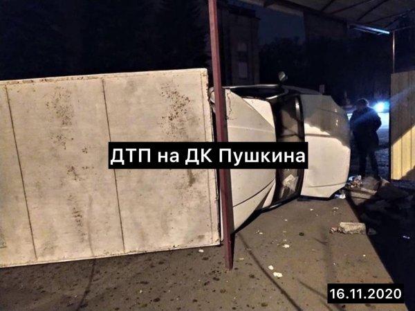 В оккупированном Донецке микроавтобус врезался в остановку ...