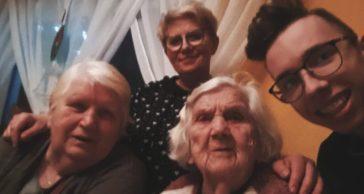 od lewej - babcia Maria Kostros, mama - Marzena Radzimińska, prababcia - Kazimiera Walasiewicz i Sebastian Radzimiński