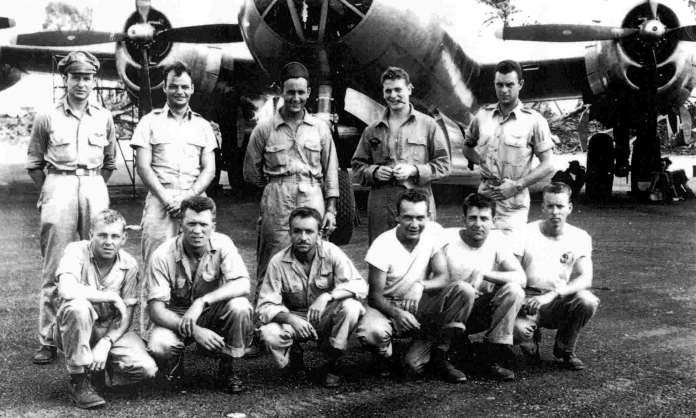Foto dos tripulantes do avião americano que foram feitos prisioneiros e submetidos a experiências