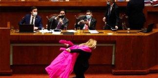 Deputada chilena torna-se viral depois de corrida Naruto no Congresso