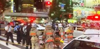 [Vídeos] Homem tenta incendiar-se no meio do cruzamento mais movimentado de Tóquio