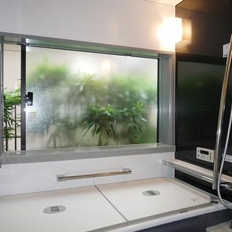 工事後:窓越しに竹の気配を感じる事により、ゆとりと安らぎの時間が生まれる。