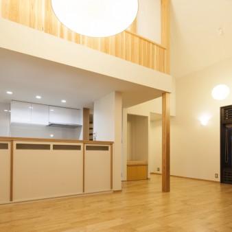 8:居間、食堂(親) 天井高さは4400㎜あり、上部に見える板張りは2階の寝室。