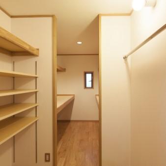21:納戸(子) さまざまな物を収納できるように、可動棚、パイプ等を設えてある。
