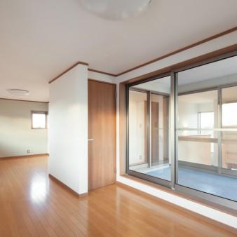 28:子供室(子) 子の成長に対応できるよう2つの部屋をワンルームにしてある。