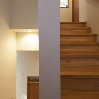 12、階段:踊り場から見る。右手は2階へ、左手は玄関。