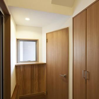 3、玄関:右側の扉は下駄箱やSIC。上部の吹き抜けより柔らかな光と風が落ちてくる。