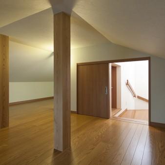15:小屋裏収納 4.8m四方の正方形の空間には対角線に窓を設置し、絞った光と通風を促している。