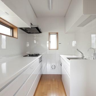 6:台所 左手には調理器具があり、右手にはシンクが組み込まれている。作業効率の良い2列型キッチン。