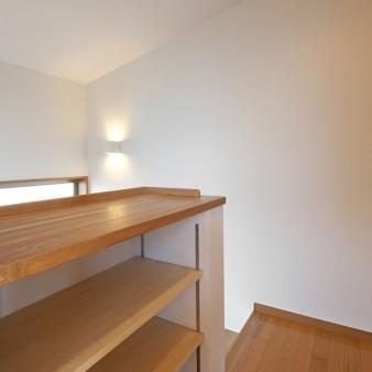 9:階段室 3階の踊り場に設けられた本棚。