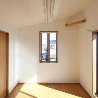 10:寝室 屋根の形状に沿って天井を設けた開放的な3階寝室。