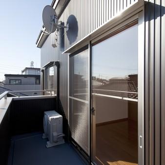 12:バルコニー アンテナはメンテナンスを考慮し、ベランダの壁面に設置。窓にはステンレスを折り曲げた小庇を設けてある。