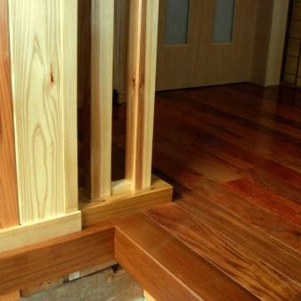 15:竣工 玄関の床はケンパス無垢フローリング。壁は杉の無垢板を張っている。
