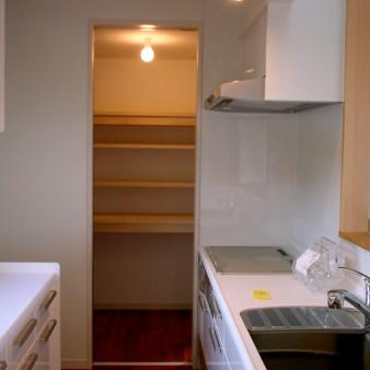 12:食品庫 右手はキッチン。左手は食器棚。 奥には食品庫があり、サービステラスに続いている。