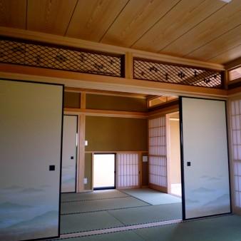 11:和室 和室東面。柔らかな光や風が広縁、中庭から入ってくる。欄間は以前の家にあった物を再利用している。