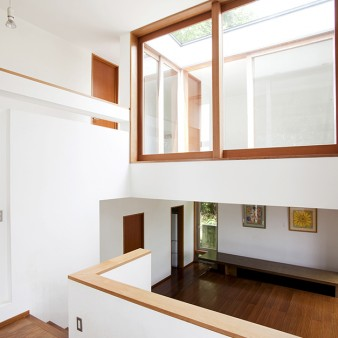 13:アトリエ 中2階のアトリエより下に居間、上に空を眺められるテラスがある。天井高さは4000㎜。 床レベルが半階ずつスキップする事により、領域を緩やかに分け、仕切りの役割を果たしている。