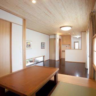 6:小間 小間から居間そして台所へと連続した天井が続く。小間と居間は400㎜のレベル差がある。 南に面した窓、そして反対側にある露地に面した地窓により通風を促す。
