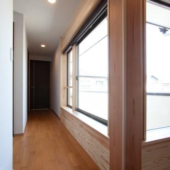 11:2階廊下 家の中心には180㎜×180㎜の杉の通し柱があり、その柱にはダイレクトに建具が納まっている。