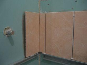 укладка плтки в ванной015