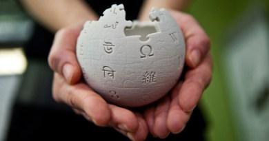 https://upload.wikimedia.org/wikipedia/commons/1/1f/Wikipedia_mini_globe_handheld.jpg