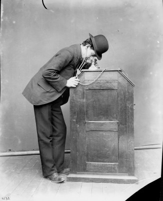 kinetoscope : Is the peep show the reason with take rectangular pictures ?