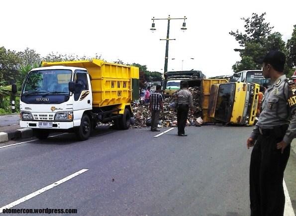 truk sampah terguling