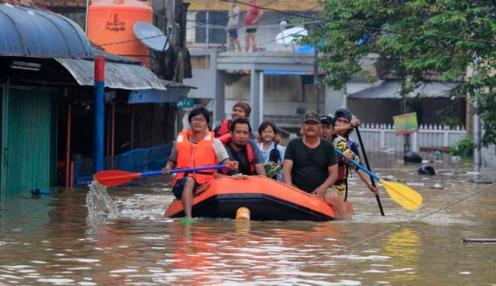 banjir jakarta perahu karet (1)